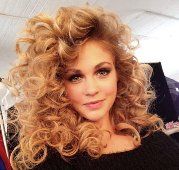 Big Curls With Volume Is A Perfect Prom Hairstyle A Perfect Style To Rock The Dance Floor Curls And Volume Is The Perfect Go To Hairstyles In 80s